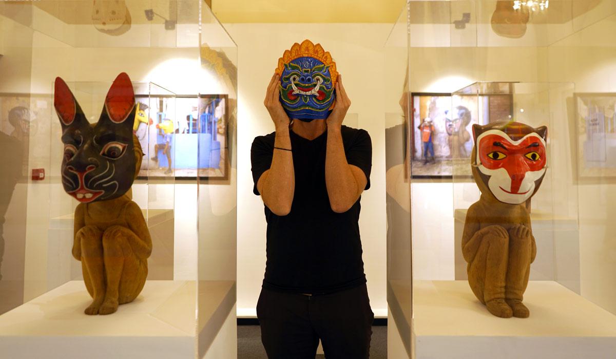 Artiste Seth avec masque